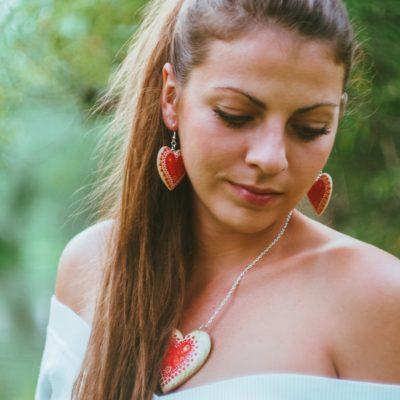 Drevené šperky – náušnice, náhrdelník, prívesok na kabelku folk motív