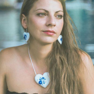 Drevený náhrdelník – Srdce bielo-modré