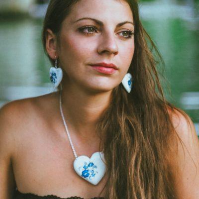 Drevený náhrdelník modranský motív srdce bielo-modré
