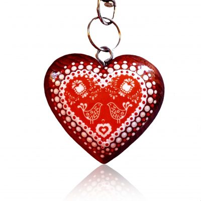 Drevený prívesok na kabelku - červené folk srdce