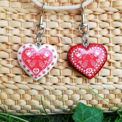 Drevený prívesok na kabelku – červené folk srdce