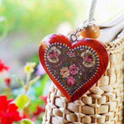 Drevený prívesok na kabelku – mahagón srdce Folkový motív