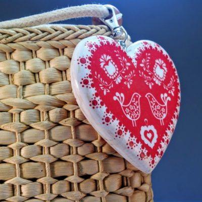 Drevený prívesok na kabelku - Folk motív srdce