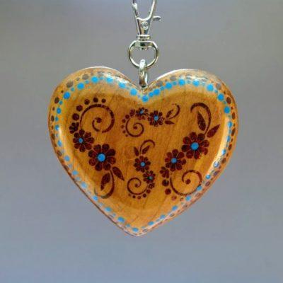 Drevený prívesok na kabelku - Srdce Folkový motív hnedý