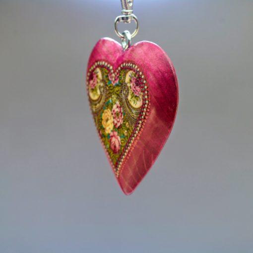 Drevený prívesok na kabelku - ružové srdce Folkový motív