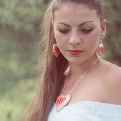 Drevené šperky – náušnice, náhrdelník, prívesok na kabelku folk