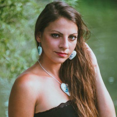 Drevené šperky náušnice, náramok, prívesok – Modranský motív