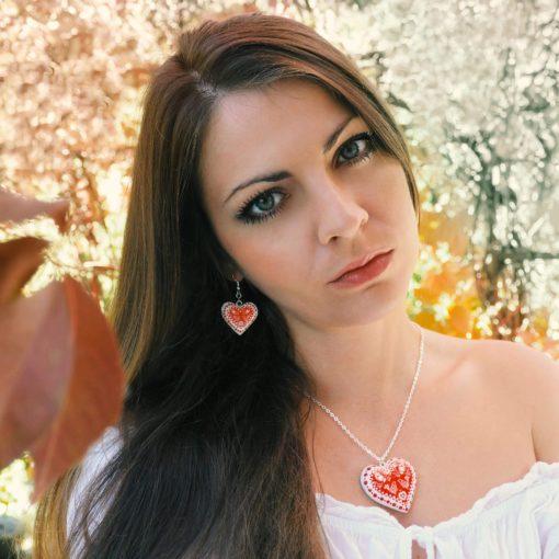 Drevené náušnice – Srdce Folk motív červeno-biele mini
