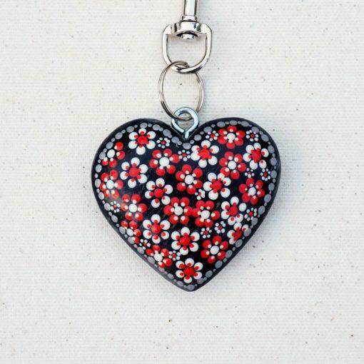 Drevený prívesok na kabelku červeno-biele kvety