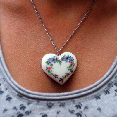 Drevený náhrdelník Srdce Lesné fialky
