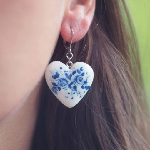 Drevené náušnice Srdce kytica modrých kvetov