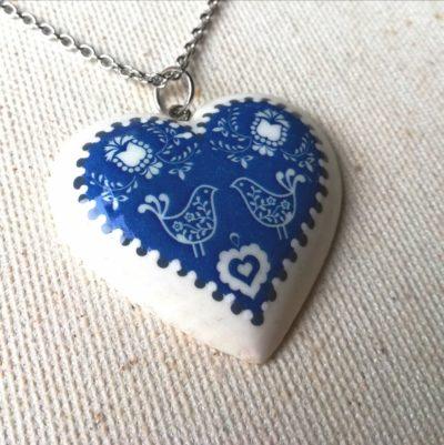 Drevený náhrdelník Srdce folk motív modrý