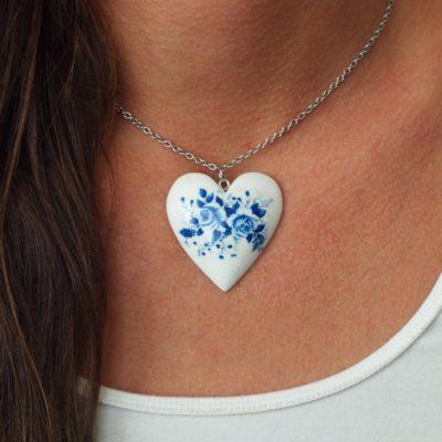 Drevený náhrdelník Srdce kytica modrých kvetov