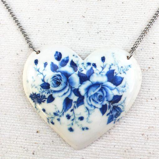 Drevený náhrdelníkSrdce kytica modrých kvetov