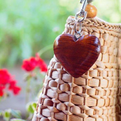 Drevený prívesok na kabelku Srdce škorica