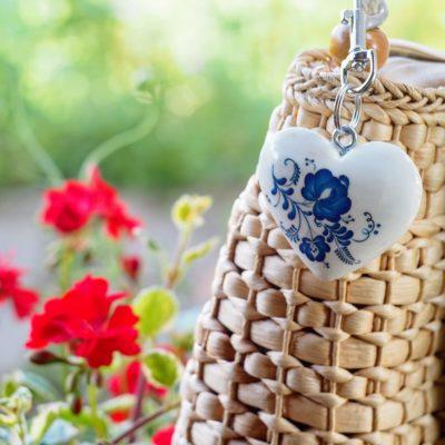 Drevený prívesok na kabelku Srdce Modrý motív