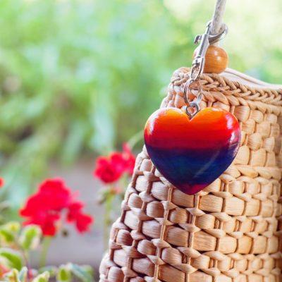 Drevený prívesok na kabelku Srdce dúha