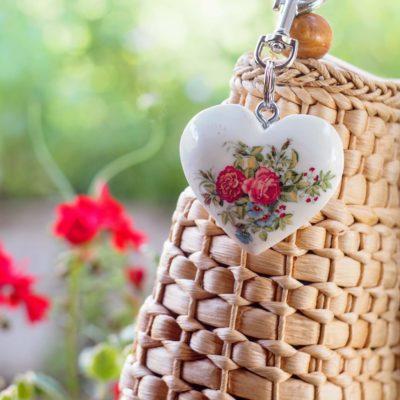 Drevený prívesok na kabelku Srdce farebné kytice