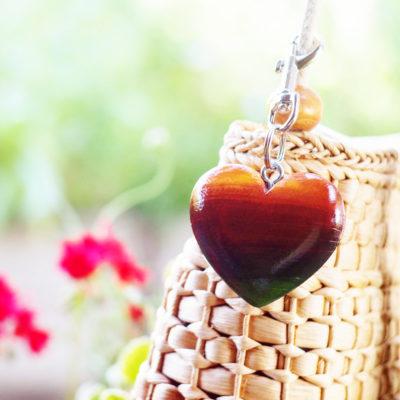 Drevený prívesok na kabelku Srdce farebné