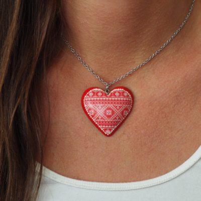 Drevený náhrdelník červený vyšívaný