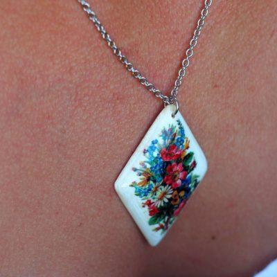 Drevený náhrdelník Kytica lúčnych kvetov