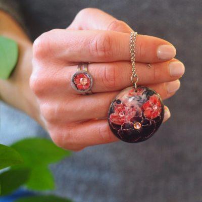 Drevený náhrdelník Kvety Dália čierny