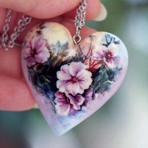 Drevený náhrdelník Netýkavky srdce