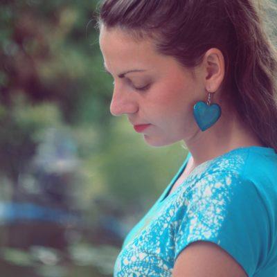Drevené náušnice Srdce morené modro-tyrkysové