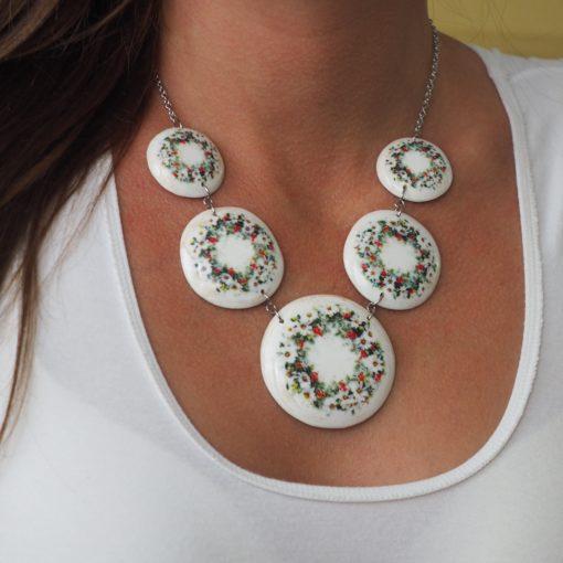 Drevený náhrdelník Sedmokrásky biely