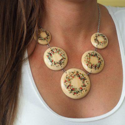 Drevený náhrdelník Sedmokrásky prírodné