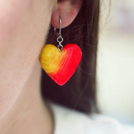 Drevené náušnice Srdce morené žlto červené