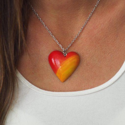 Drevený náhrdelník Srdce morené žlto červené